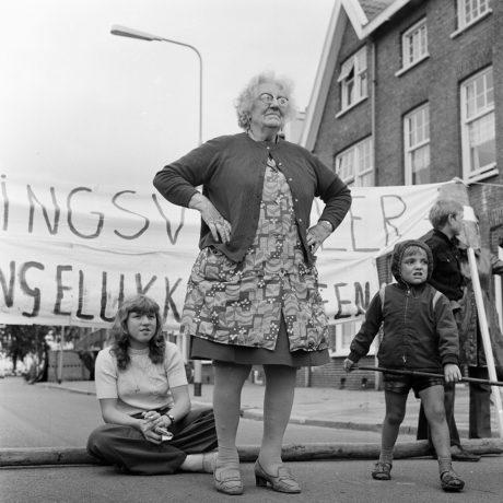 Vrouw Kimkes staat haar mannetje bij verkeersactie H.L. Wichersstaat, 1972