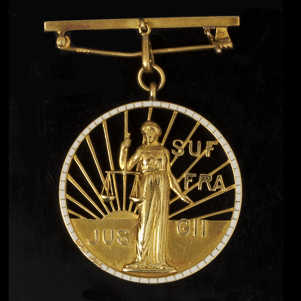 De medaille van de internationale beweging vrouwenkiesrecht uitgereikt aan dr. Aletta H. Jacobs