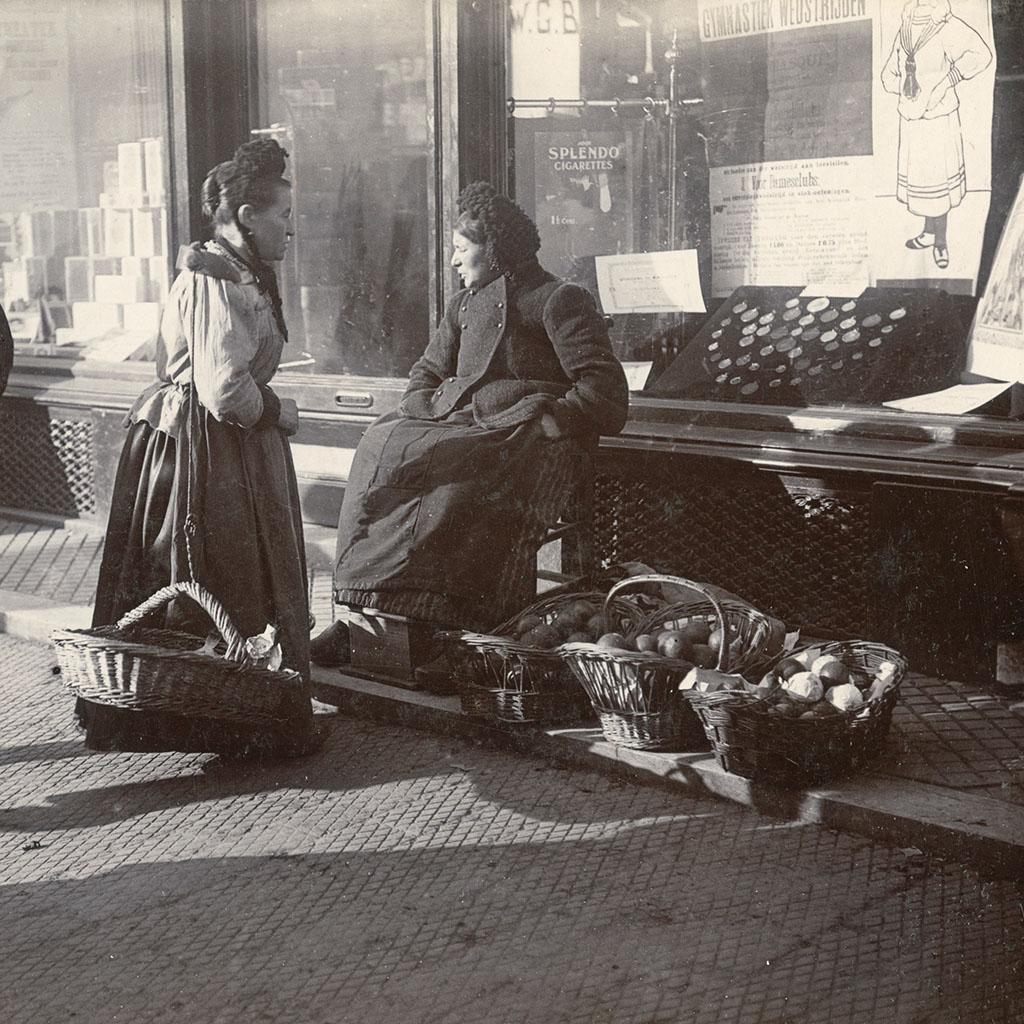 Sinaasappel- en visvrouw, 1909. Foto: P.B. Kramer, Groninger Archieven