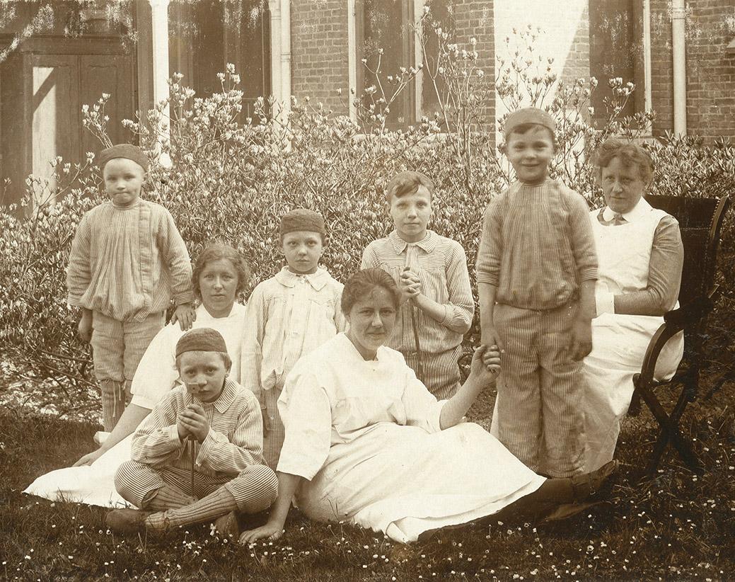 Verpleegsters met patiëntjes, Academisch ziekenhuis, ca. 1915 Fotograaf onbekend, Groninger Archieven