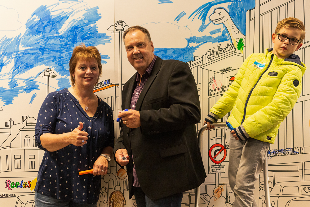 Gea & Lucas tekenen mee aan de grootste kleurplaat van Groningen. Foto: Judith van der Meulen