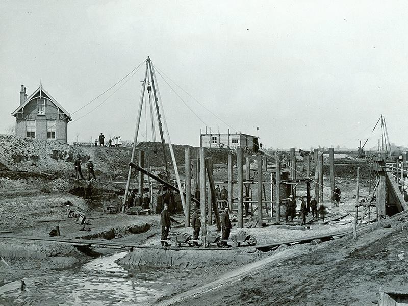 Bouw Wymeersterbrug B.L. Tijdenskanaal, 1909. Foto T. Post, Hunze en Aa's