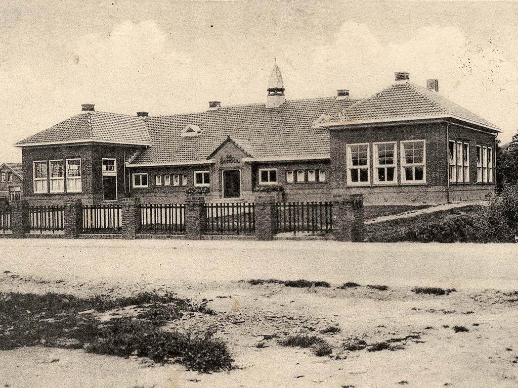 O.L. School Bedum, ca. 1932. Uitgever W. Haan, Groninger Archieven