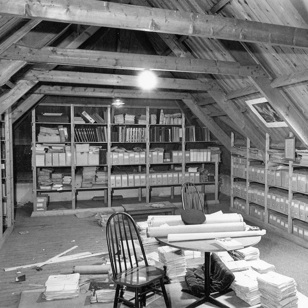 Archief op zolder, gemeentehuis Bellingwolde, 1974