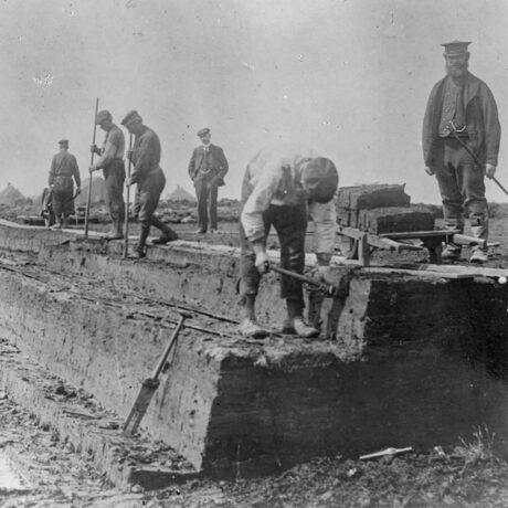 Mannen steken turf bij Vledderveen.